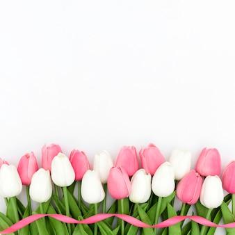 Вид сверху тюльпанов с копией пространства