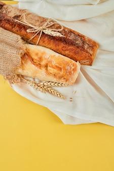 Вид сверху на два хлеба из багета, концепция домашнего хлеба, небольшая пекарня, местная еда,