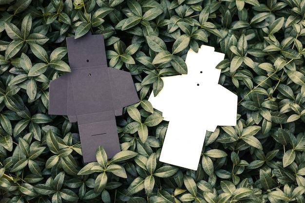 바에 있는 옷에 대한 재봉 태그용 액세서리를 위한 두 개의 흑백 빈 펼쳐진 상자의 상단 보기...