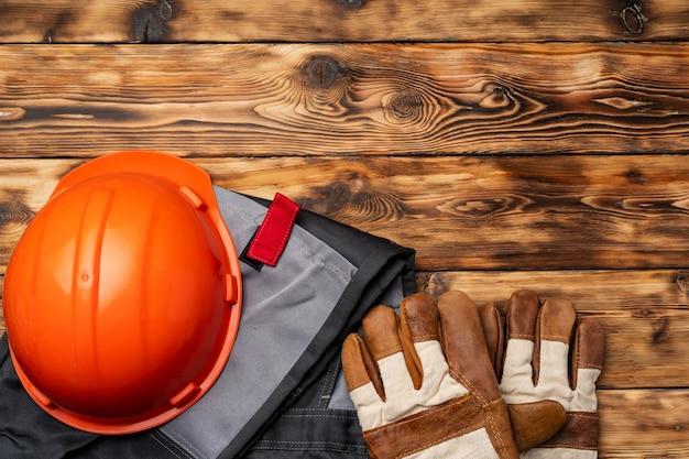 나무 배경에 건설 노동자의 유니폼의 상위 뷰