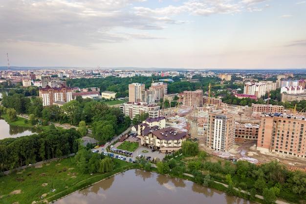 背の高い集合住宅と郊外住宅のある都市開発都市景観の平面図。ドローンの航空写真。