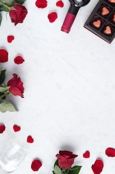 Вид сверху шоколада дня святого валентина с розой и вином, концепция дизайна праздничного подарка для особых праздничных свиданий.
