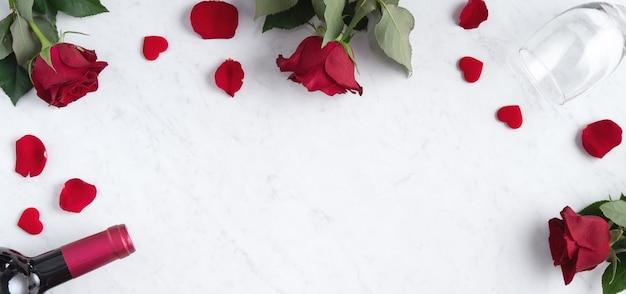 Вид сверху концепции дня святого валентина с розой и вином, концепция дизайна праздничного подарка для особых праздничных свиданий.