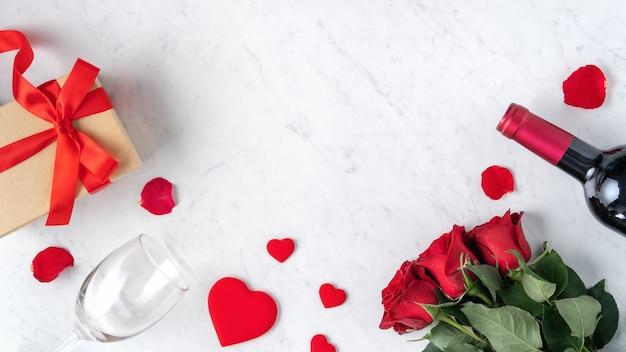 Вид сверху на подарок на день святого валентина с розой и вином
