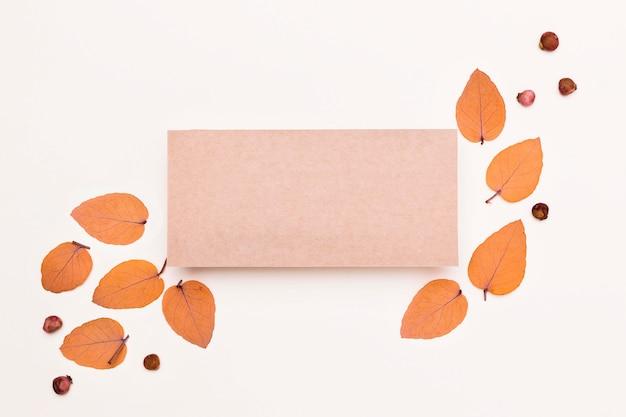 Вид сверху на разнообразие осенних листьев с бумагой