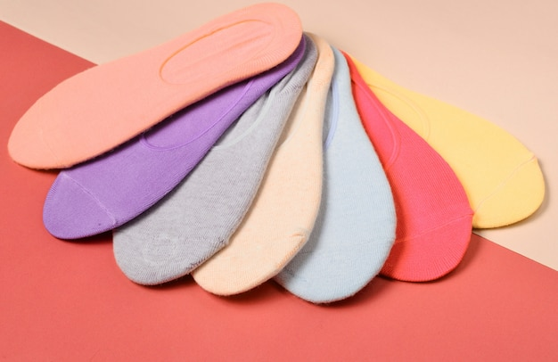 色付きのさまざまな色の靴下のトップビュー
