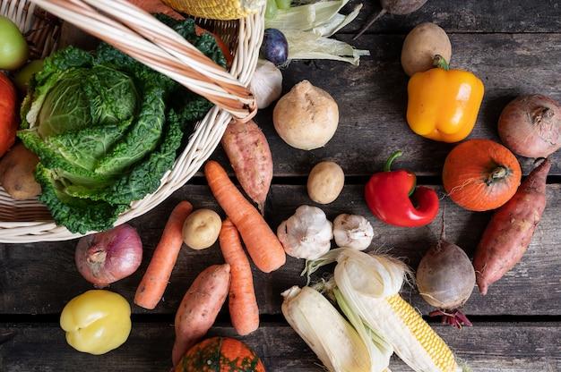 Вид сверху различных осенних овощей в плетеной корзине