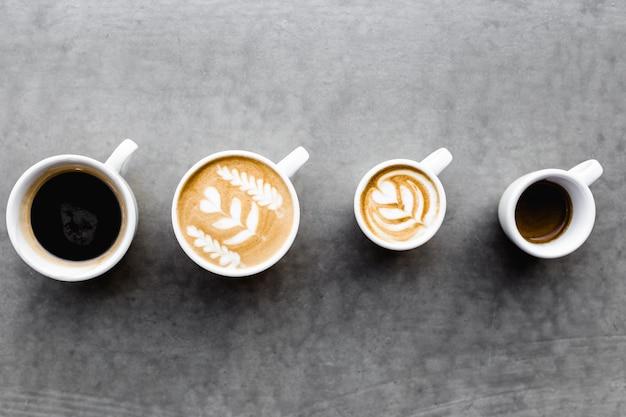 Вид сверху различных кофейных чашек