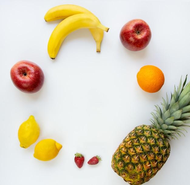 白い背景にさまざまな果物の平面図です。スペースをコピーします。