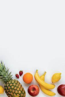 白のさまざまな果物の平面図です。スペースをコピーします。
