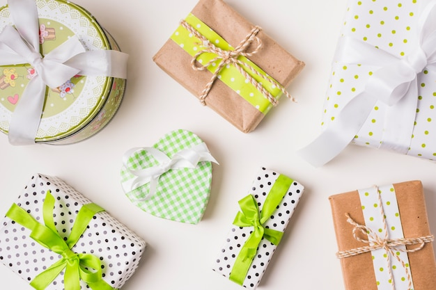 디자인 종이에 싸여 다양한 선물 상자의 상위 뷰