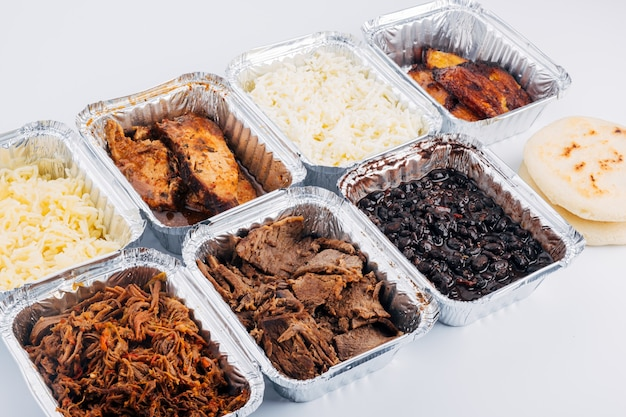 전형적인 남미 요리를 채우는 데 사용되는 다양한 재료의 평면도