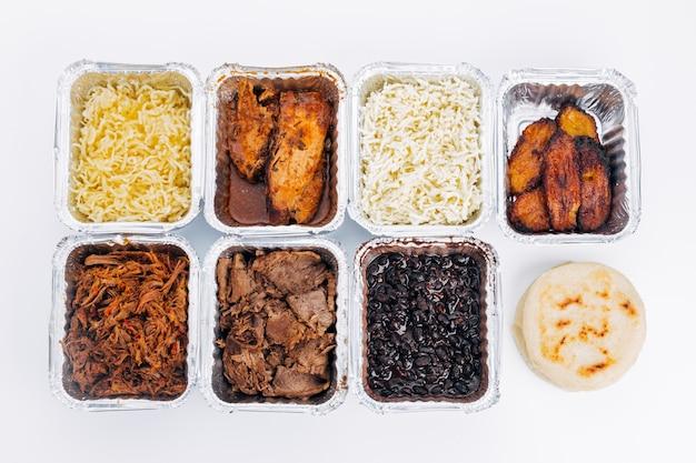 Arepas를 채우는 데 사용되는 다양한 재료의 평면도는 전형적인 베네수엘라 음식입니다