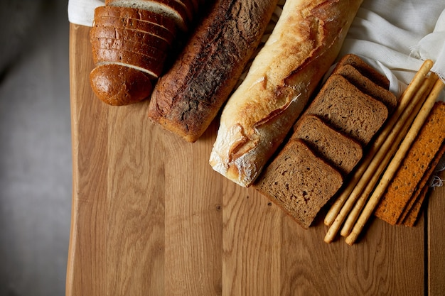 Вид сверху различных видов хлеба на деревянной поверхности