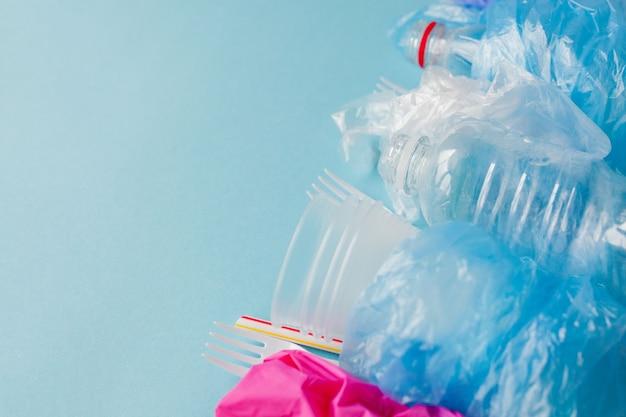 青にさまざまな種類の使い捨てプラスチック廃棄物のトップ ビュー