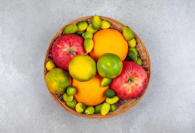 Вид сверху различных видов свежих фруктов в корзине.