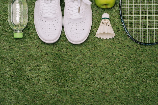 Вид сверху различного спортивного оборудования на зеленой траве