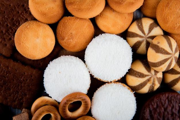 Вид сверху различных конфет шоколадное печенье хлеб кольца в качестве фона