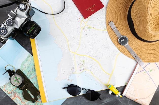 Вид сверху различных туристических аксессуаров