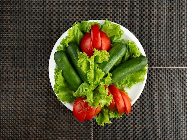 キュウリとトマトのスライスと野菜のサラダのトップビュー