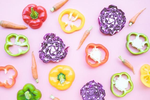 野菜セット、ピーマン、にんじん、キャベツの上面図
