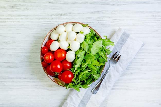 Вид сверху овощей и сыра в тарелке