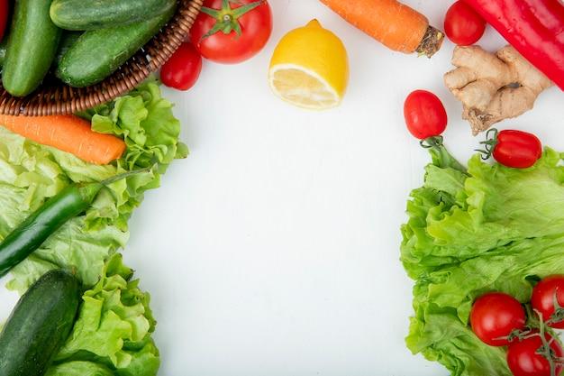 Вид сверху овощей, как морковь, салат, перец, томатный имбирь с лимоном на белом фоне с копией пространства