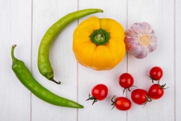 木の表面に唐辛子ガーリックトマトとして野菜のトップビュー