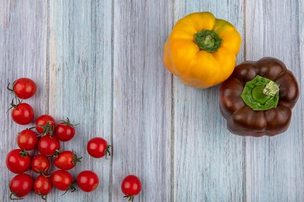 木の表面にトマトとコショウとして野菜のトップビュー