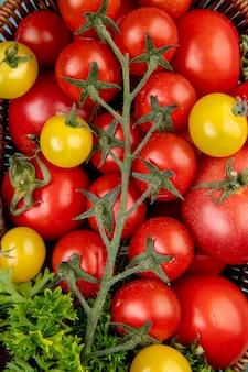 Взгляд сверху овощей как томаты и кориандр в корзине как поверхность