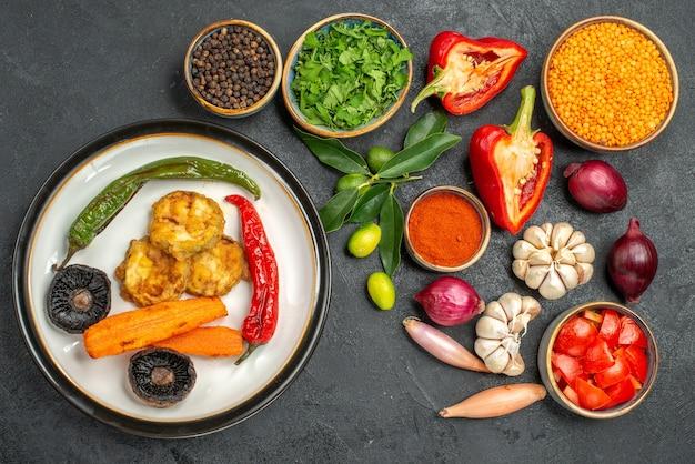 野菜ハーブレンズ豆野菜スパイスきのこ唐辛子の柑橘系果物料理の上面図