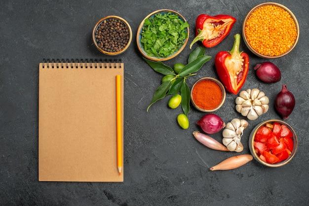 Вид сверху на овощи, травы, чечевицу, овощи, специи, цитрусовые, блокнот, карандаш