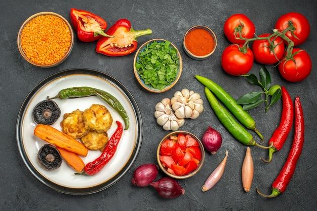 Вид сверху на овощи, чечевицу в миске, красочные овощи, специи, блюдо из перцев, грибов