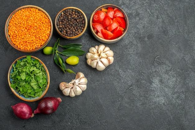 야채 렌즈 콩 양파 마늘 감귤류 허브 후추 토마토의 상위 뷰