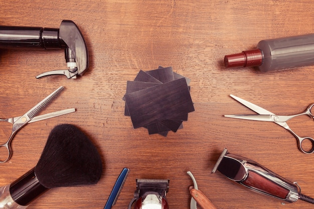 木製の背景、フラットレイオーバーヘッドビューのヴィンテージ理髪店ツールの上面図