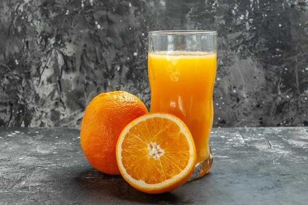 회색 배경에 비타민 소스 컷 및 전체 신선한 오렌지와 주스의 상위 뷰