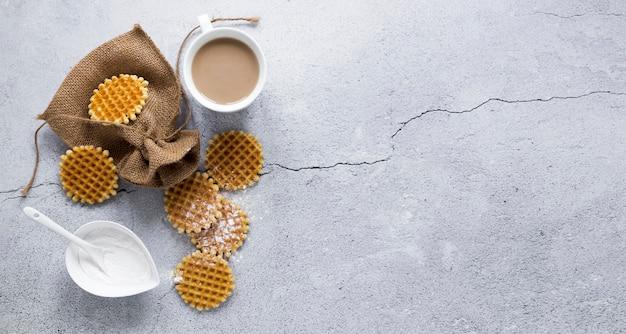 Вид сверху вафли с кофе и копией пространства