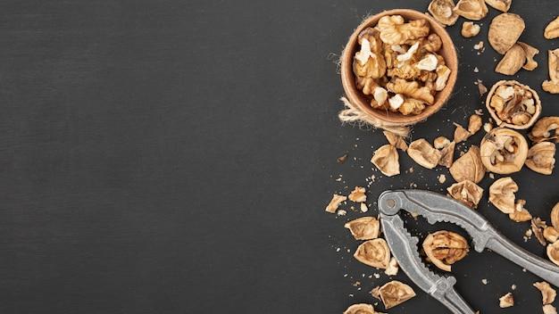 Вид сверху грецких орехов с крекером и копией пространства