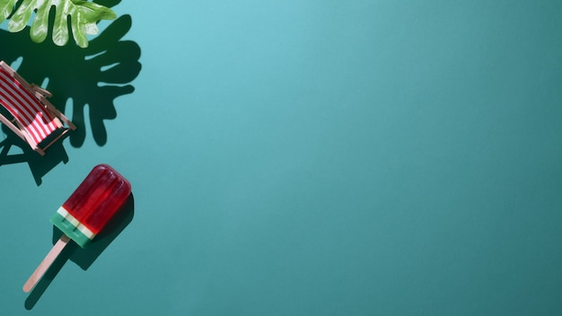 Вид сверху арбуз аромата на зеленом фоне