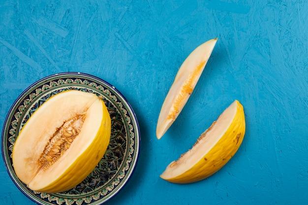 Вид сверху тарелка арбуза на синем фоне