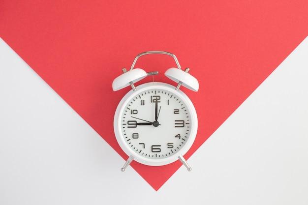 바이 컬러 배경에 흰색 알람 시계의 상위 뷰