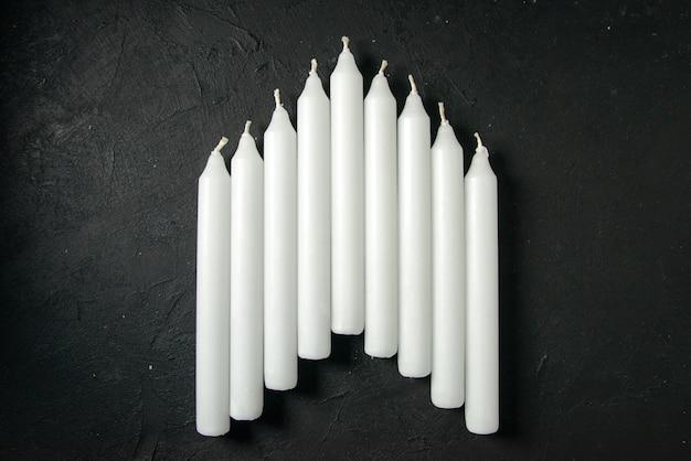 어두운 벽에 흰색 촛불의 상위 뷰