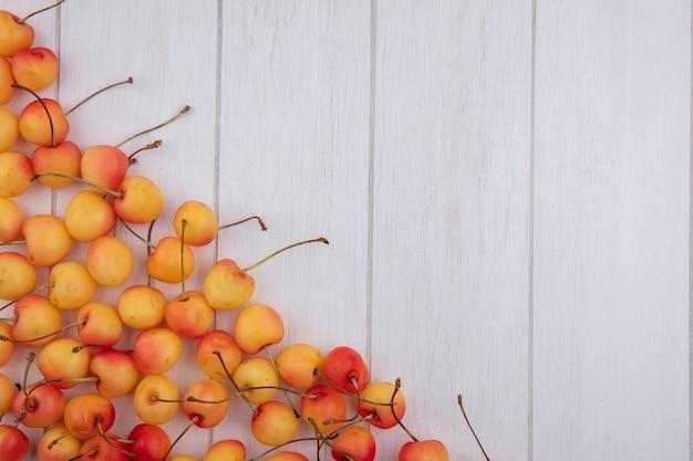 Вид сверху белой вишни на белой поверхности