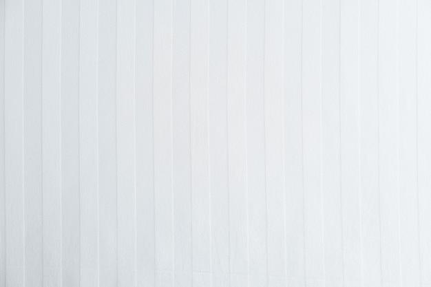 白い布の斜めのストライプの上面図。白色の背景。