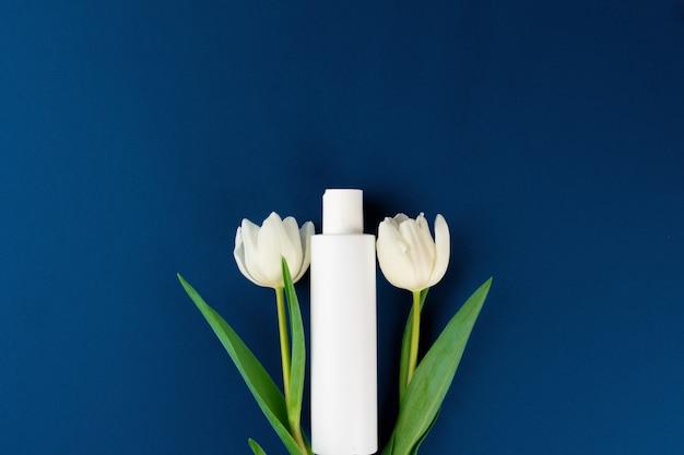 꽃, 복사 공간 흰색 화장품 용기의 상위 뷰