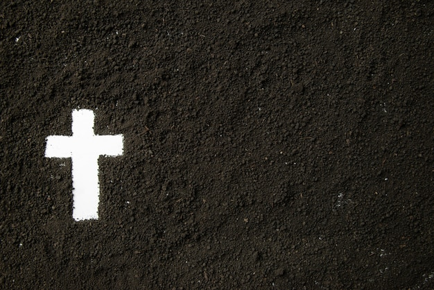 어두운 흙과 흰색 십자가 모양의 상위 뷰