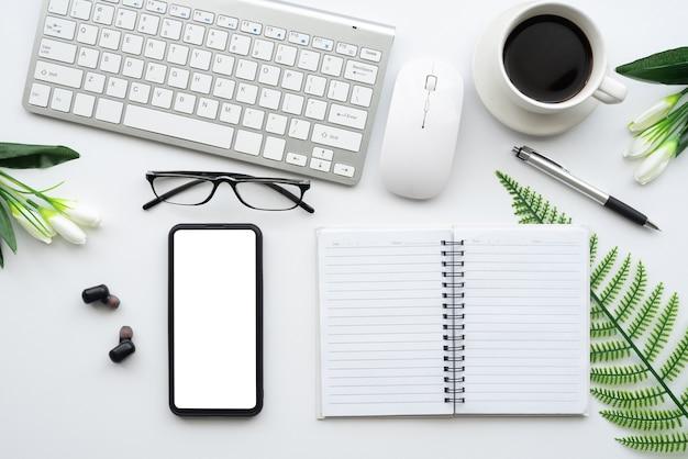 Вид сверху на белый стол плоский творческий смартфон.