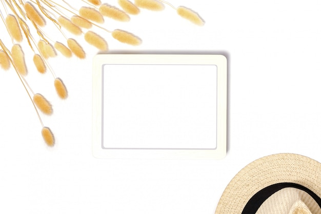 빈티지 스타일로 장식 된 흰색 프레임의 상위 뷰.