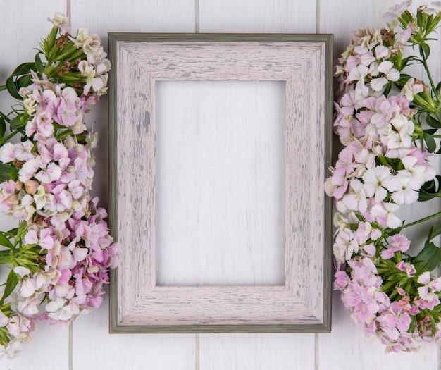 白い表面に花と白いフレームのトップビュー