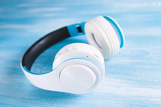 복사 공간와 파란색 배경에 흰색 헤드폰의 최고 볼 수 있습니다.
